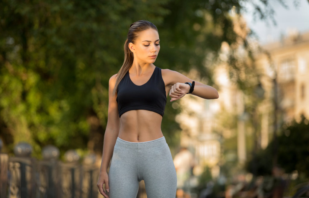 fitnessbet-woman-run-with-fitness-tracker