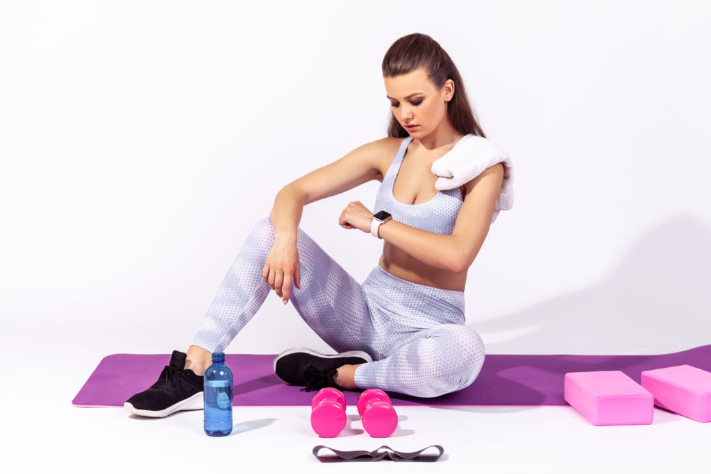 fitnessbet-woman-yoga-with-fitness-tracker